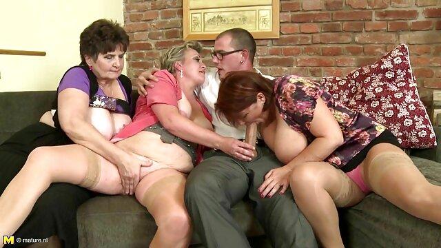 男にグリースを与えるために情熱を持つ巨乳と性器のピアスを持つ二人の女性 レズビアン sex 無料