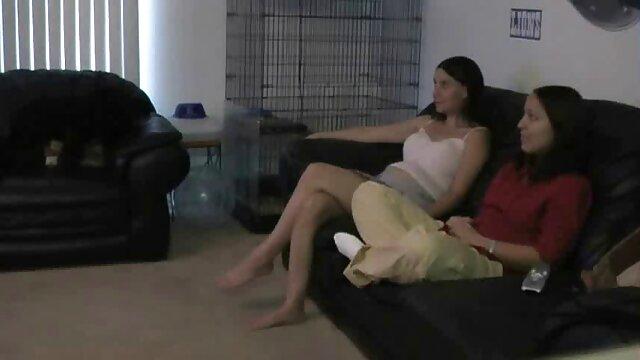 二人の娘を持つ女性が若い隣人を連れてきて、三人を胃の中の種に投げました。 無料 の レズビアン 動画