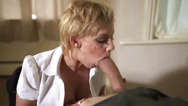 マッサージ師は熱心にそれに二本の指を押して、掘削、教皇のタイトな穴の上に彼の舌をかみます レズビアン えろ 動画