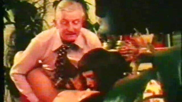 日焼けしたロシア人は、彼女の口を与える男の上から精子を吸う。 レズビアン sex 動画