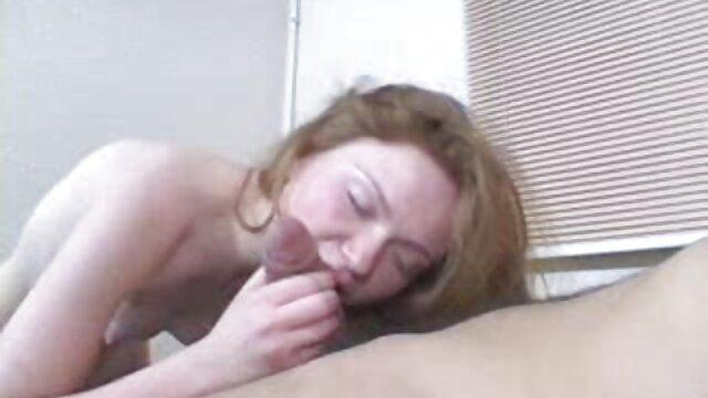 盗撮は地下鉄のカメラで彼女のスカートの下に引っ張り、女性の膣を撫でる農民が袋の後ろに隠れているパートナーを見つけます ok google レズビアン