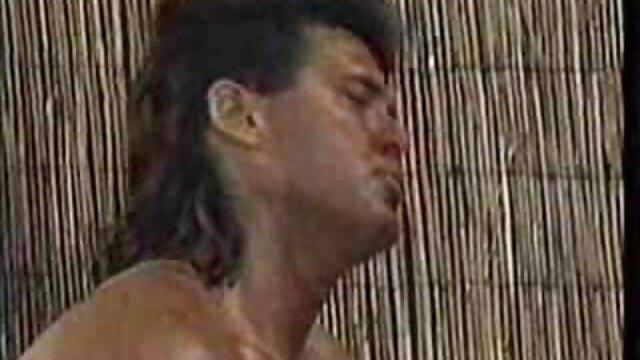 レストランで初めて攻撃し、鶏の周りを這うために必死の淫乱な レズビアン 無料 サンプル 動画
