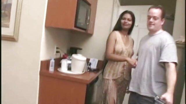 男性は学生がパンティーなしでゴミ箱に性交し、彼女の膣から出てくるビールのボトルで性交するファック。 lesbian 無料 動画