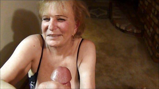 バスルームで頻繁に裸のクソ頭の上にナッサルとディックの小便を吸うことを余儀なくされた セックス 動画 レズビアン