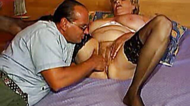 ファイブ裸のチーターは男の口の中でおしっこ、そしてガラスのボウルから飲んだ後、彼の口を通って流れるすべてのもの レズビアン 動画 サンプル