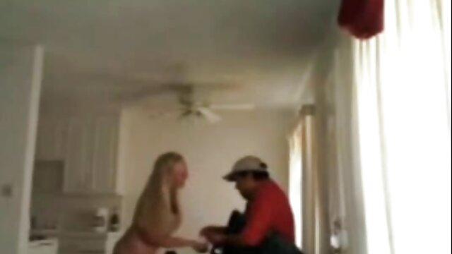 ザルパで餃子を丁寧に塗り、角質のペニスを膣に挿入する。 レズビアン アダルト ビデオ