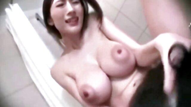 私は膣に水のチューブを入れて、鶏を開き、圧力注射し、膣の上に開きました。 レズビアン av 動画