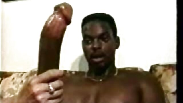 若いkhachikは、彼の恋人との性的関係の準備のために自慰行為をし、膣の前で足を開いて座っています。 無料 アダルト レズビアン