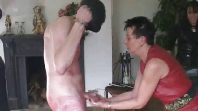 男は女性を取り出し、浴室のお湯の圧力の下で自慰行為をする。 レズビアン 無料 無 修正 動画