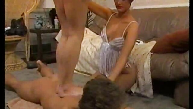 キッチンにいた男の顔の前にひざまずいて、下のチンポをしゃぶり始め、叩いて、石のように硬くなるように彼から、フェラの後、男はテーブルの上に彼女を絞り、彼女のパイパンマンコで非常に激しく捕まえました レズビアン の 無料 動画