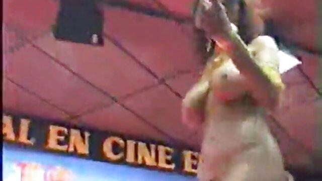 長い髪のブルネットは、地元の人のための暗い夜にゲートでディックを吸う。 レズビアン h 動画