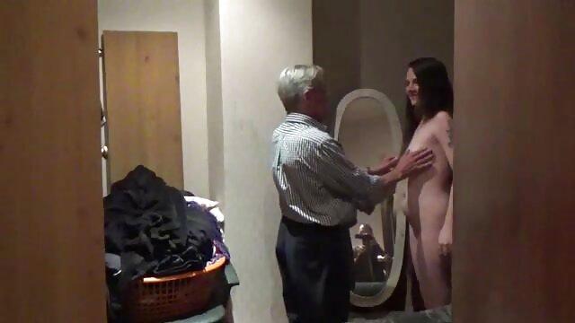 看護師は患者を彼のお尻に置き、彼の手を打つ指でクリトリスを撫でた。 レズビアン クンニ 動画