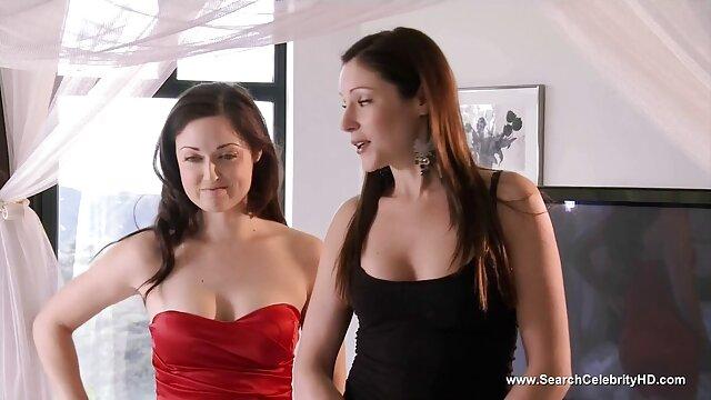 ふしだらな女は豊かなスタッドを包み、イカの位置に這いました レズ エロ い 動画