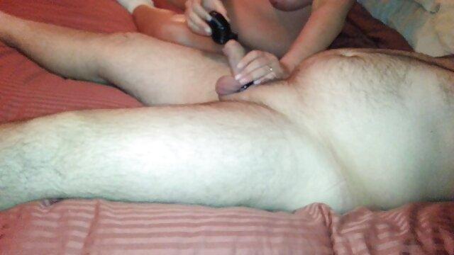 最後の息で、彼女はほとんど意識を失い、手のひらで膣に入れ、肛門侵襲を受けた。 エロ 動画 レズビアン