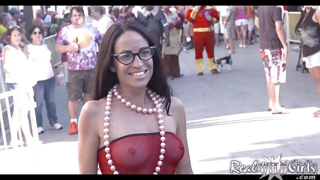 ブロンドは空の膣を通過せず、ドレスの底にあるサンドンのハンドルの上に置く。 レズ エッチ 無料 動画