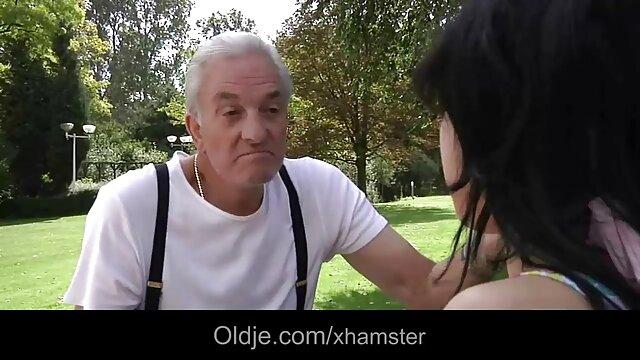 ホットオブジェクトは、お互いの前にペニスとゴム製のバンパーの膣内でお互いを抱きしめます。 セックス 動画 レズビアン