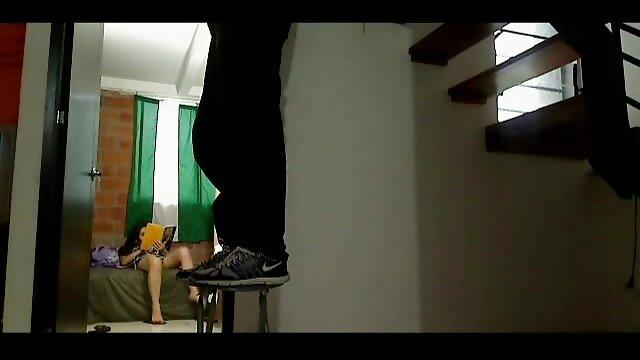 陰茎と膣から出てくる白い液体に鶏の胸を持つブロンド。 レズビアン av 動画