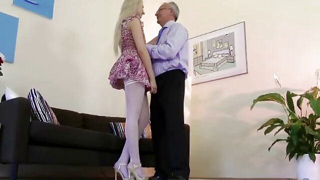 両親は彼らの娘を犯して主題を壊し、彼女の猫をとても激しく舐める。 レズビアン 動画 素人