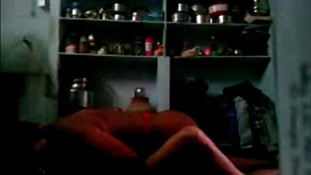 男は暖炉のそばに横たわって彼女の下着で本を読んでいるガールフレンドを見て、すぐに立ち上がったチンポと私の夫は頬に泣いて、柔らかいカーペット アダルト 動画 レズビアン