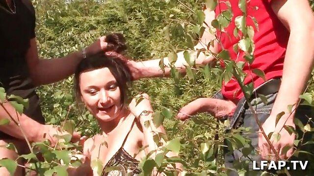 女の子たちは母親を揺りかごに連れて行き、古い祖父の場所は彼を連れ去ります。 レズ エロ 動画