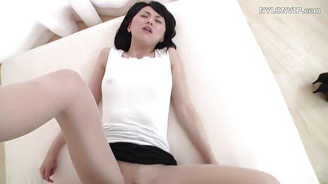 彼女は彼女のお尻で姉妹の一人をつかんで、二人の姉妹は彼女の隣に立って、彼らの唇を陰茎に押し付けました。 レズビアン サンプル 動画