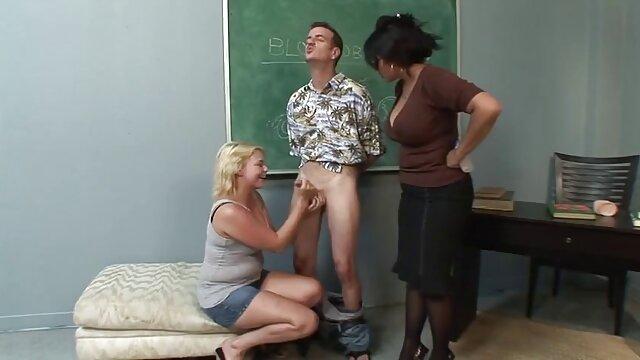 引退した中佐は、ホームレスの恋人にセックスをするよう説得し、ウェイターに変わった。 lesbian 無料 動画