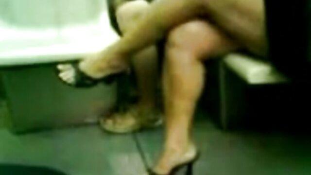 彼は彼女を髪の毛で倉庫に引きずり込み、彼女を犯し、空の壁に手錠をかけた。 無 修正 無料 レズビアン 動画