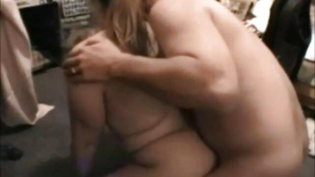 クリトリスのパイパンイタリア人にしがみつき、二本の指で濡れた膣に浸透し、あらゆる方向に射精を撃つ。 レズビアン エロ ビデオ
