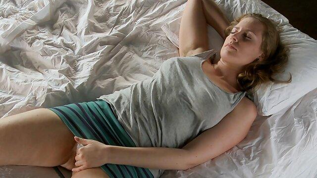 私は同僚の隣の部屋に入り、静かに彼の胸を絞って、彼が眠っている間に彼を犯した。 レズビアン sex 無料 動画