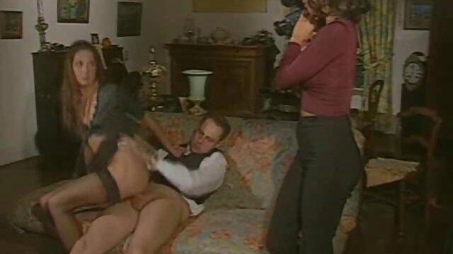 ブロンドは彼女のボーイフレンドにキュウリで彼女の口を閉じ、彼の目の前で交尾し、メンバーhahalyを吸って、テープで彼を結んだ アダルト 無料 レズビアン