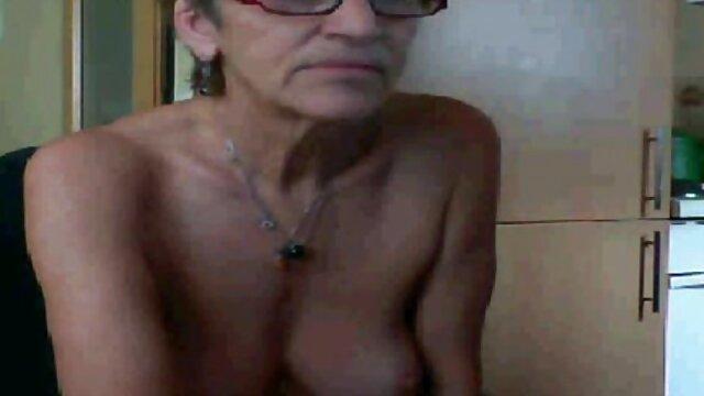 ガードは喉の中で受刑者をつかんで、膣の中で鶏を吹いた。 レズビアン 素人 動画